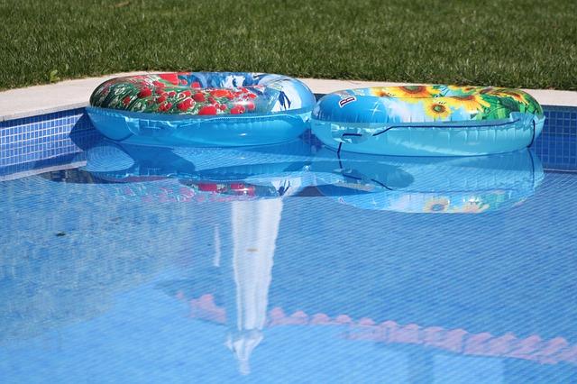 nafukovačky v bazénu.jpg