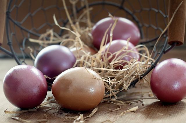velikonoční vajíčka u koše