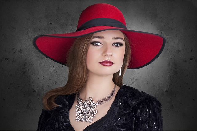 červený klobouk ženy