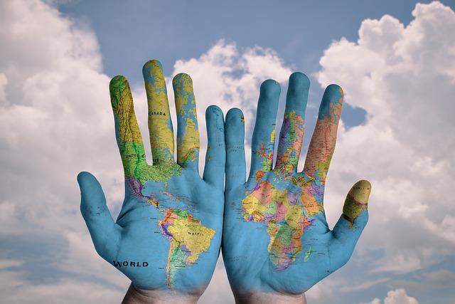mapa světa na rukách