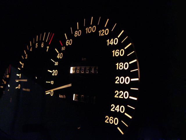 tachometr vozidla, dva černé budíky vedle sebe ukazující rychlost a počet najetých kilometrů