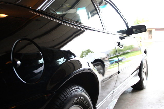 černý automobil pohled ze zadu od nádrže