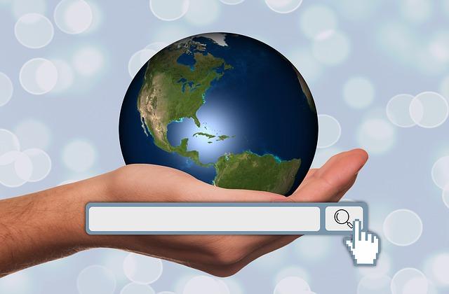 ruka držící Zemi s vyhledávacím panelem